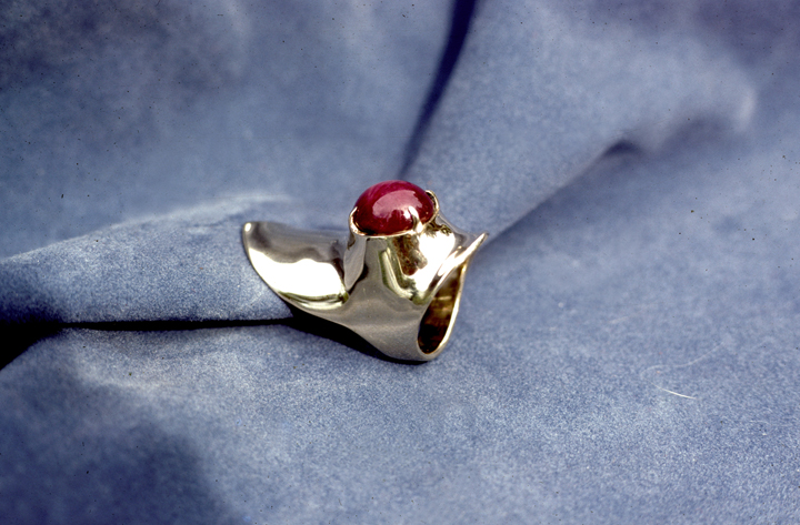 Toza, ring with dark red stone